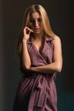Femme dans la robe pourprée image libre de droits