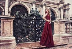 Femme dans la robe rouge à Venise, Italie Photo libre de droits