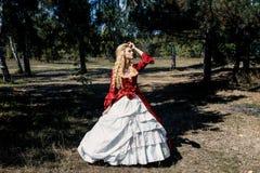 Femme dans la robe rouge antique photos libres de droits