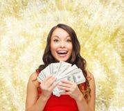 Femme dans la robe rouge avec argent de dollar US Photographie stock libre de droits