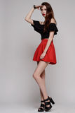 Femme dans la robe rouge avec de longs cheveux bouclés Image libre de droits