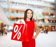 Femme dans la robe rouge avec des paniers Photographie stock