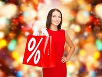 Femme dans la robe rouge avec des paniers Photo stock