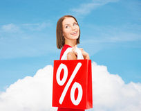 Femme dans la robe rouge avec des paniers Image stock