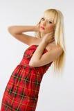 Femme dans la robe rouge avec le long cheveu blond Images libres de droits