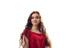 Femme dans la robe rouge avec les cheveux bouclés sur le fond blanc Images stock