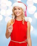 Femme dans la robe rouge avec un verre de champagne Photos stock