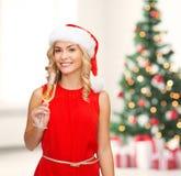 Femme dans la robe rouge avec un verre de champagne Photo stock