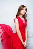 Femme dans la robe rouge de flottement Photographie stock