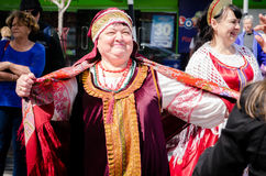 Femme dans la robe traditionnelle au jour Auckland de la Russie Photo stock