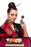 Femme dans la robe traditionnelle avec la nourriture orientale Photo stock