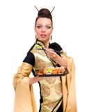 Femme dans la robe traditionnelle avec la nourriture orientale photos stock