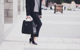 Femme dans la rue photographie stock