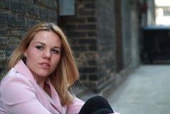 Femme dans la ruelle photos libres de droits