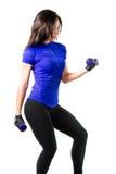Femme dans la séance d'entraînement de soutien-gorge de sports en gymnastique photo libre de droits