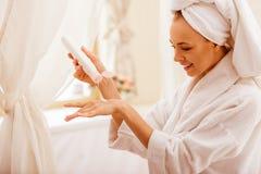 Femme dans la salle de bains photos libres de droits