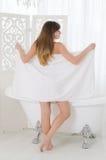 Femme dans la salle de bains Photo stock