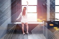 Femme dans la salle de bains grise avec le baquet et l'évier image stock
