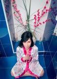 Femme dans la salle de bains priez photographie stock