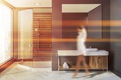 Femme dans la salle de bains scandinave grise, évier, douche illustration de vecteur