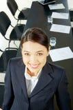 Femme dans la salle de conférences photos stock