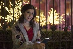 Femme dans la scène de Noël de nuit regardant la vue Photo libre de droits