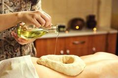 Femme dans la station thermale de bien-être ayant le massage de thérapie d'arome avec l'essentia photos stock