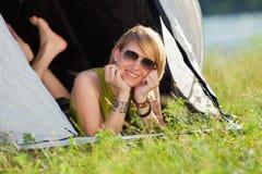 Femme dans la tente photographie stock libre de droits