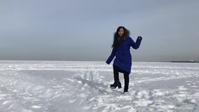 Femme dans la veste à l'hiver dehors banque de vidéos