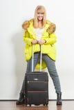 Femme dans la veste chaude avec la valise Photo libre de droits