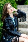 Femme dans la veste en cuir noire photo libre de droits