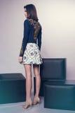 Femme dans la veste et la jupe de denim Photo stock