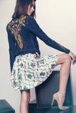 Femme dans la veste et la jupe de denim Photographie stock