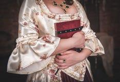 Femme dans la vieille robe médiévale historique avec le livre Photographie stock libre de droits
