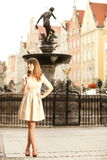 Femme dans la vieille ville Danzig, fontaine de Neptune Photos libres de droits