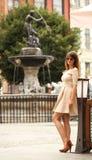 Femme dans la vieille ville Danzig, fontaine de Neptune Photographie stock libre de droits