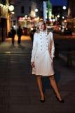 Femme dans la ville de nuit Photographie stock libre de droits