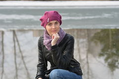 Femme dans le béret rose et la veste en cuir noire Photographie stock libre de droits