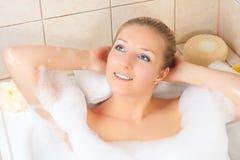 Femme dans le bain photographie stock libre de droits