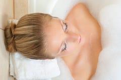 Femme dans le bain images libres de droits