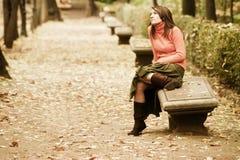 Femme dans le banc Photo libre de droits