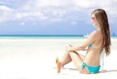Femme dans le bikini avec du jus de pastèque de fresn en fonction Images stock