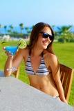 Femme dans le bikini avec un cocktail dans sa main photos libres de droits