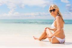 Femme dans le bikini blanc appréciant le jour d'été à la plage photographie stock