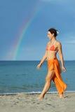 Femme dans le bikini et pareo marchant sur la plage images libres de droits