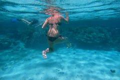 femme dans le bikini noir en mer Photographie stock