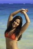 Femme dans le bikini sur la plage images libres de droits