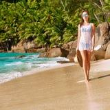 Femme dans le bikini sur la plage chez les Seychelles Images libres de droits
