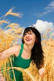 Femme dans le blé d'or Image stock