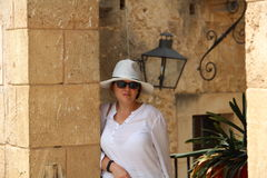 Femme dans le blanc au pueblo Espanol Palma de Mallorca Spain Photographie stock